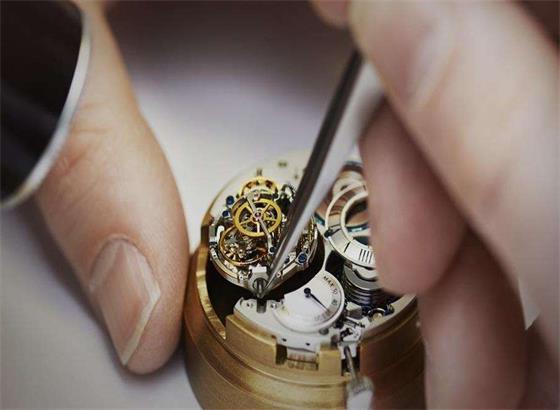 我应该多久更换一次宝格丽手表中的电池?