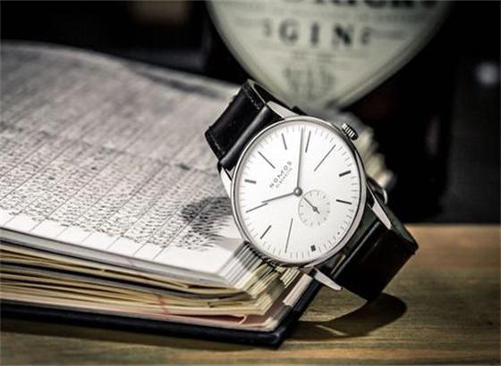 如何更换NOMOS手表的表带扣?
