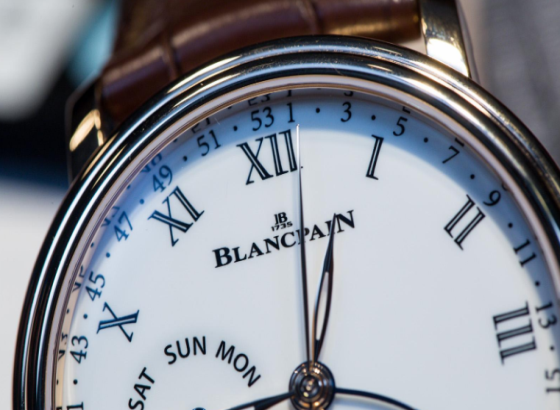 如何拧紧宝珀手表手链上的表扣