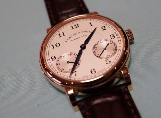 如何更换朗格石英手表中的电池