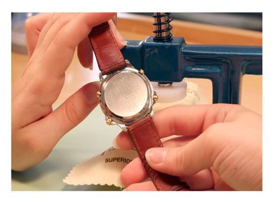 昆仑手表如何用手表压力机关闭后盖