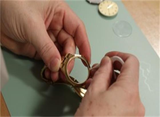 如何更换欧米茄手表水晶垫片